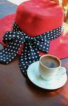 Red Hat and Coffee! Coffee And Books, I Love Coffee, My Coffee, Coffee Corner, Good Morning Coffee, Coffee Break, Café Chocolate, Pause Café, Brown Coffee