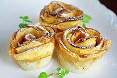 Ozdobené růžičky upečené v troubě z listového těsta, plátků jablek a dalších surovin. Úžasně dekorativní dezert, který nejen chutná, ale také skvěle vypadá.