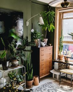 deutsch arşivleri - Daily Good Pin - Home Decorating DIY Projects: ELLE Decoration – UK 1 februari 2018 – – - Living Room Green, Bedroom Green, Green Dining Room, Plants In Living Room, Dark Living Rooms, Bedroom Plants, Bedroom Colors, Dining Rooms, Bedroom Ideas