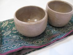 2 potjes in een zakje gemaakt van een oude indische sari Sari, Ceramics, Tableware, Indian, Saree, Ceramica, Pottery, Dinnerware, Tablewares