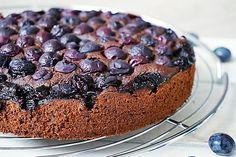 Blauwe bessen: ik hou ervan! Ik snoep er dan ook geregeld van of verwerk het in baksels. Deze simpele chocoladetaart met blauwe bessen is enorm voedzaam!