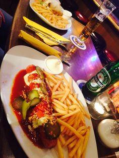 Dänische Currywurst und ein Club Wrap, beides lecker und schnell geliefert. Perfekt für den Start eines langen Abends