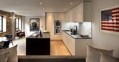 aménagement cuisine ouverte avec îlot noir et dosseret marbre