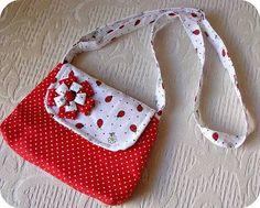 Resultado de imagem para bolsinha infantil tecido passo passo Patchwork Bags, Quilted Bag, Bag Quilt, Polka Dot Bags, Pencil Bags, Purse Patterns, Fabric Bags, Girls Bags, Zipper Bags