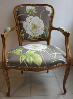 Love this chair Furniture Makeover, Diy Furniture, Coaster Furniture, Dark Living Rooms, Vintage Chairs, Upholstered Furniture, Minimalist Decor, Home Interior, Home Decor Accessories
