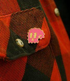 Wellenförmige Skull Emaille Pin Rosa und Gold von DanielZenderStore