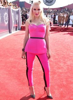 VMAs Best Dressed: Gwen joined the pants parade in a hot pink set accented with black piping. #celebrity #style