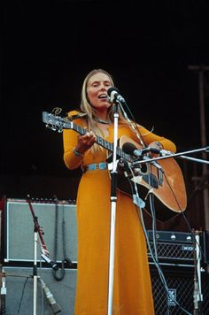 music Joni Mitchell performing in a yellow maxi, Isle of Wight fest 1970 Folk Music, Music Icon, Woodstock, Beatles, 60s Hippies, Jazz, Isle Of Wight Festival, 70s Aesthetic, 1970s