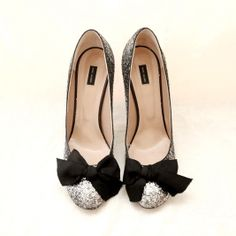 Marc Jacobs glitter pumps with bowWorn only inside. In very good conditions Size 40 Fits like a real 40Price used to be 466 €Heel height: 11 cmAll sales are final. No exchange. No returns.