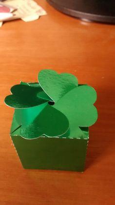 Caixinhas para lembrança de casamento, festas e eventos. Papel laminado em várias cores como prata, verde e dourado. Tamanho base 3,5 cm por 4cm altura.