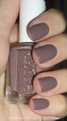 Chinchilly Sleek Granite Gray Nail Polish, Nail Color & Nail Lacquer by Essie. Create a stunning at-home manicure with the sleek & sexy granite gray nail color. Nail Polish Online, Grey Nail Polish, Gray Nails, Essie Nail Polish, Nail Polish Colors, Trendy Nails, Cute Nails, Shellac, Essie Colors