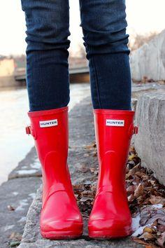 Short red hunters- perfect for slushy winter weather. Red Hunter Boots, Red Rain Boots, Hunter Boots Outfit, Fall Boots, Fashion Models, Fashion Shoes, Emo Fashion, Wilde Hilde, Winter Fashion 2014