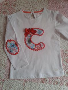 Camiseta inicial C Kids Education, Little Girls, Patches, Dressing, Sewing, Sweatshirts, Children, Sweaters, T Shirt