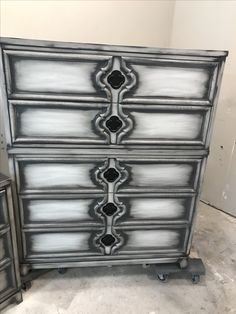 White with black powder glaze Glazing Furniture, White Furniture, Paint Furniture, Furniture Projects, Furniture Makeover, Cool Furniture, Refinished Furniture, Decorating Your Home, Diy Home Decor