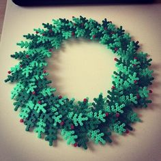 Christmas wreath hama perler beads by maria_romeo - Pattern: https://www.pinterest.com/pin/374291419002724088/