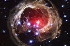 Von einem Nebel umrahmter Roter Riese - V838 Monocerotis - aufgenommen durch das Hubble-Teleskop.