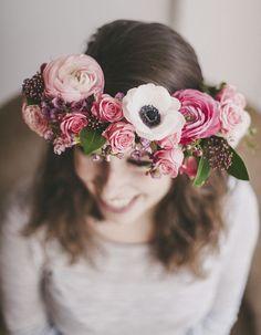 Des fleurs roses dans les cheveux pour un mariage