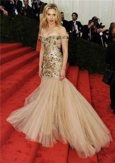 Scarlett Johansson, radiante con un vestido de corte sirena y falda de tul de Dolce y zapatos de Christian Louboutin en MET 2012