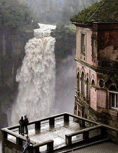 Bogota, Colombia.-Después de hacer un apacible recorrido de más de 100 km por los verdes campos del altiplano cundinamarqués y de la sabana de Bogotá, el río Bogotá cae desde una altura sobre el nivel del mar de 2.467 m aproximadamente 157 m sobre un abismo rocoso de forma circular formando la cascada.