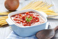 Očištěný česnek a cibuli nasekáme nadrobno, chilli papričku zbavíme jádřince. Cibuli i chilli papričku společně orestujeme na rozpáleném olivovém oleji, do kterého po chvíli přidáme omytá a na kostičky nakrájená rajčata a nasekaný česnek. Dusíme zhruba 10 minut (aby rajčata změkla a vytvořila omáčku). Osolíme a opepříme podle chuti. Pikantní rajčatovou omáčku podáváme například k těstovinám, ale výborná je takénapříklad ke smaženým cibulovým kroužkům– recept na ně mámeZDE Poznámka:Salsa…