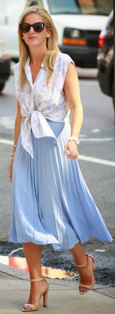 Street style - Asos Tender Blue Pleated Check Midi Skirt by Leather And Leops Casual Chic Style, Casual Street Style, Over 50 Womens Fashion, Party Fashion, Types Of Fashion Styles, Timeless Fashion, Midi Skirt, Pleated Skirts, Spring Summer Fashion