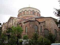 La basilica di Santa Irene, IV sec d.C fu fatta costruire da Costantino, e poi restaurata da Giustiniano.  L'architettura bizantina giocava molto sui contrasti: in particolare il contrasto fra lo sfarzo presente dentro alla chiesa e la semplicità dei mattoni all'esterno.