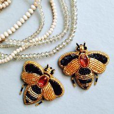 Никогда не устаю наблюдать за пчёлами, собирающими мёд на цветах Жаль только, что летние пчёлки живут всего лишь два месяца. Но благодаря бисеру, кристаллам Swarovski и рукам мастера, эти чудные создания природы, могут жить вечно!! #брошьпчела#брошьпчелаизбисера#exclusivebrooch#пчелагучи#брошьпчелка#брошьпчелаэмаль#moskowbrooshes#пчеланацветке#