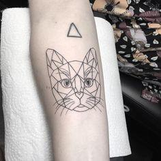 Tatuagem feita por Jay K de Frankfurt, Alemanha. Gato com traços geométricos.