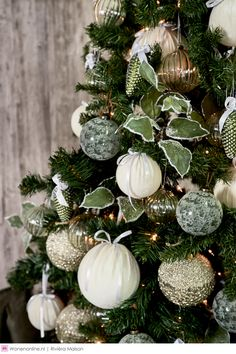 Silver Christmas Decorations, Christmas Tree Inspiration, Gold Christmas Tree, Christmas Tree Themes, Christmas Home, Christmas Ornaments, Farmhouse Christmas Decor, Rustic Christmas, Traditional Christmas Tree