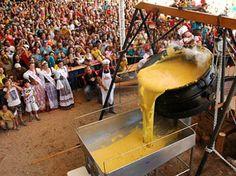 """Quello che oggi è considerato un piatto di primo piano nella cucina italiana, la polenta, un tempo rappresentava l'unica fonte di sostentamento alimentare per i contadini. Si tratta della farina ottenuta dalla macinazione dei cereali, successivamente cotta in acqua con l'aggiunta di sale. Nell'Italia settentrionale è molto diffusa la cosiddetta """"polenta gialla"""", cioè derivata dal granturco. A seconda delle zone in cui è preparata, assume dei nomi e delle sembianze differenti. La polenta…"""