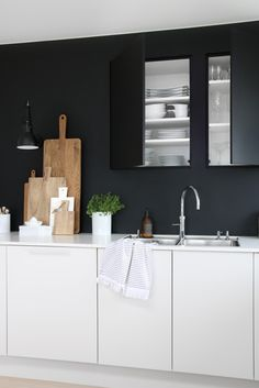 9 Helpful Clever Tips: Minimalist Kitchen Island Window minimalist interior style modern living.Minimalist Home Modern Floor Plans feminine minimalist decor desks. Scandinavian Kitchen, Interior, Interior Design Kitchen, Modern Black Kitchen, Black White Kitchen, Minimalist Kitchen, Kitchen Style, Kitchen Renovation, White Kitchen Design