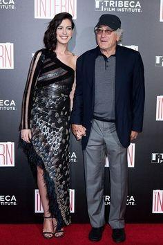 アン・ハサウェイとロバート・デ・ニーロが初共演した映画「マイ・インターン」のニューヨークプレミアが9月21日(現地時間)、米ニューヨークのジーグフェルドシアターで開催された。劇中で絶妙なケミストリーを醸し出したふたりは手をつないで写真撮影に