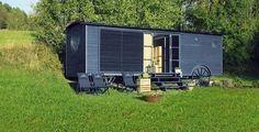 Kulaté boční okno má průměr 120 cm stejně jako velká kola maringotky.