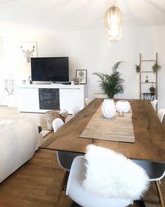 Natural Vibes! In diesem offenen Esszimmer kann man sich nur wohlfühlen. Naturmaterialien wie Holz, Rattan und flauschige Felle sorgen für gemütliche Wohlfühlatmosphäre! // Esstisch Stühle Fell Leuchte Esszimmer Wohnzimmer #Esszimmer #Wohnzimmer #WohnzimmerIdeen @cox_fox