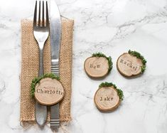 Wedding Place Cards / Rustic Place Settings / Wooden Wedding Favours / Wood Slice Place Names / Woodland Wedding #etsyfind #ad