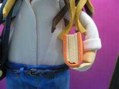 Cinturón trenzado y libro en brazo izquierdo.
