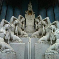 Immagine di Cimitero Monumentale, Milano: una delle tombe più celebri - Guarda i 53.203 video e foto amatoriali dei membri di TripAdvisor su Cimitero Monumentale.