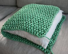 This soft lounge cushion you can quickly and easily knit, even beginners, with thick cotton Hoooked and large knitting needles. The cotton comes in all kinds of beautiful colors, plain and melange. Arm Knitting, Knitting Patterns, Crochet Patterns, Knitting Needles, Blanket Patterns, Crochet Diy, Crochet Home, Crochet Pillow, Crochet Stitches