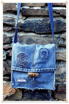 Nicibiene: Second life of jeansUpcycling Jeans to a bag >:)цветы(:From a pant leg - easyWhen your jeans get old.Like the button fastening Jeans Recycling, Recycle Jeans, Diy Jeans, Jeans Denim, Mochila Jeans, Pochette Diy, Denim Handbags, Denim Purse, Denim Ideas
