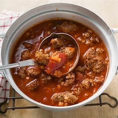 Pas besoin de laisser mijoter ce chili pendant des heures si on utilise de la salsa ; celle-ci ajoute instantanément de la saveur.