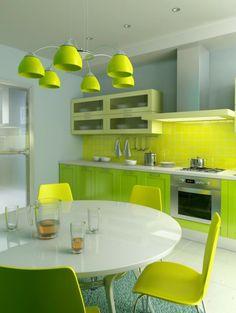 runder esstisch weiß grüne stühle und schubladen grüner leuchter