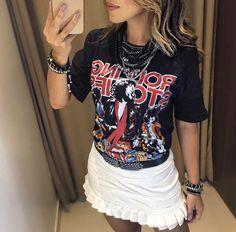 Blusa Rock Star Preta   Saia Jaci Branca   Colar Gabi   Colar Ariana  Compras on line:  Tecido: Algodão    Medidas:  P- 96cm de Busto, 68cm de Comprimento.  M- 100cm de Busto, 68cm de Comprimento.  G- 106cm de Busto, 69cm de Comprimento