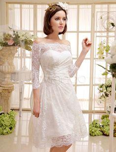 Vestido de noiva marfim curto em cetim e renda ombro de fora e manga comprida