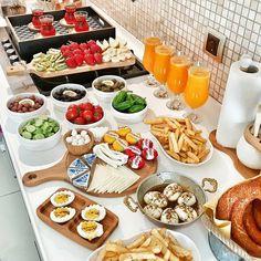 [New] The 10 Best Recipes Today (with Pictures) Eid Breakfast, Breakfast Platter, Breakfast Buffet, Brunch Buffet, Party Food Buffet, Party Food Platters, Brunch Mesa, Breakfast Bread Recipes, Food Garnishes