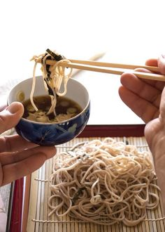 Zaru soba (cold soba noodles) is the best way to eat buckwheat noodles. It is plain but tasty and so fast to make. Use knob dashi to make it vegetarian. Ramen Recipes, Healthy Eating Recipes, Asian Recipes, Cooking Recipes, Noodle Recipes, Vegetarian Dish, Vegetarian Recipes, Bento, Noodles