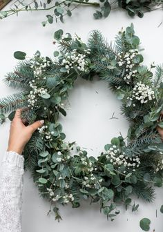 a natural Christmas Wreath - Decoration For Home Natural Christmas, Christmas Mood, Noel Christmas, Christmas Ideas, Christmas Swags, Christmas Flowers, Burlap Christmas, Country Christmas, Christmas Wreaths To Make
