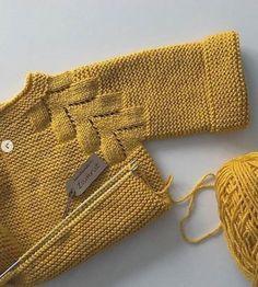 No photo description available. Baby Sweater Patterns, Knit Baby Sweaters, Baby Knitting Patterns, Easy Knit Baby Blanket, Knitted Baby Blankets, Baby Pullover Muster, Crochet Baby, Knit Crochet, Baby Barn