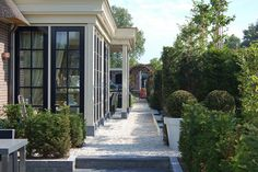 Ontwerp en aanleg klassieke villatuin Small Courtyard Gardens, Small Courtyards, Building Design, Building A House, Outdoor Spaces, Outdoor Decor, Outdoor Ideas, Duplex, Minecraft Buildings