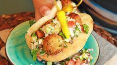 Falafel – kikertboller (typisk for meze) Foto: Tone Rieber-Mohn / NRK Falafel, Middle East Food, Vegetarian Recipes, Cooking Recipes, Ramadan Recipes, Frisk, Vegetable Dishes, Food Inspiration, Tapas