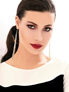 müjde uzman Wind In My Hair, Isnt She Lovely, Turkish Beauty, Cool Hairstyles, Hoop Earrings, Awesome Hair, Celebrities, Lady, Tv
